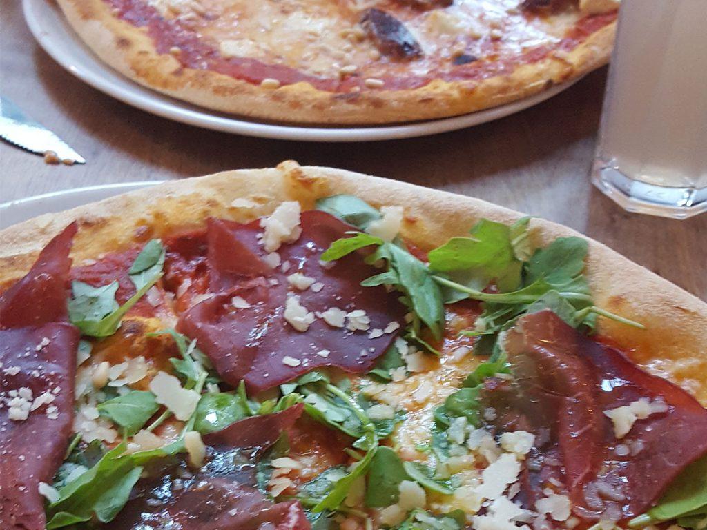 Pizza mit Rinderschinken, Parmesan und Rucola - FUGAZI No. 15
