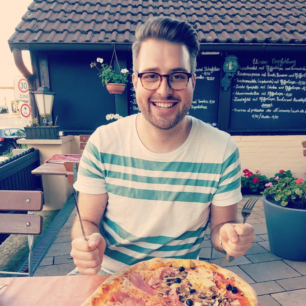 Xebax.de - Sebastian beim Pizza essen