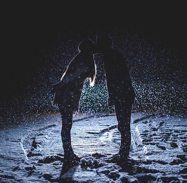 Pärchen küssend im Schnee