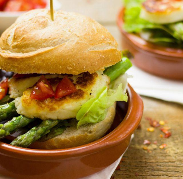 Burger mit Spargel in München